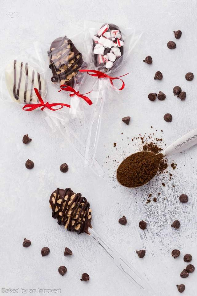 Chocolate Espresso Spoons are perfect for a last minute Christmas gift for your family, friends, and neighbors. They are easy to make and festive for the holiday season.