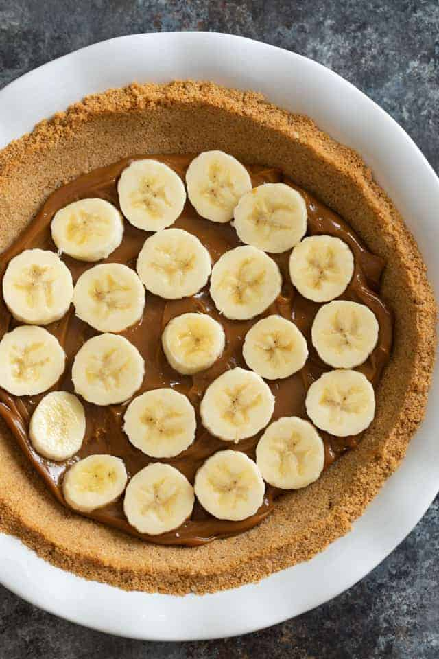 Graham cracker crust layered with dulce de leche and sliced bananas